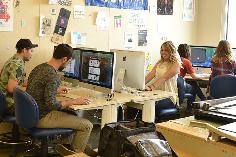 VisCom students work in a computer lab